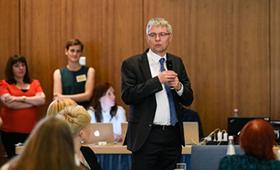 Dr. Achim Dercks ehrt Partnerinnen und Partner