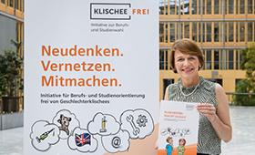 Elke Büdenbender mit dem neuen Methoden-Set der Initiative Klischeefrei