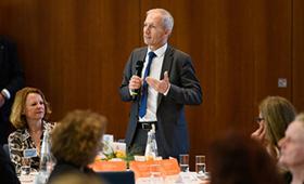 Alexander Gunkel ehrt Partnerinnen und Partner.