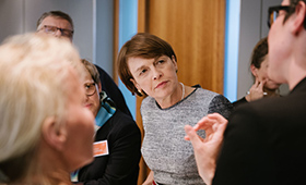 Schirmherrin Elke Büdenbender an ihrem Thementisch