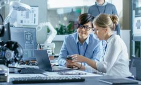 Zwei Frauen in Wissenschaft & Technik gemeinsam bei der Arbeit