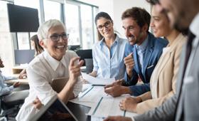 Gruppe von Männern und Frauen im Gespräch im Büro