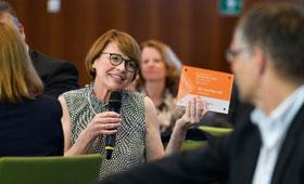 Elke Büdenbender im Gespräch mit einem der Partner der Initiative.