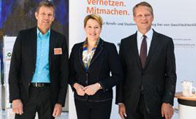 Eröffnung der Jahrestagung: Bundesministerin Dr. Franziska Giffey mit Dr. Eric Schweitzer, Präsident des DIHK und Miguel Diaz, Leiter der Servicestelle der Initiative