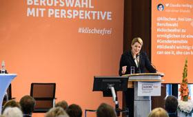 Bundesministerin Dr. Franziska Giffey hält ihr Grußwort zur Eröffnung der Tagung.