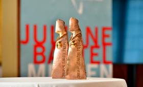 Zwei Preisfiguren des Juliane-Bartel-Medienpreises 2019