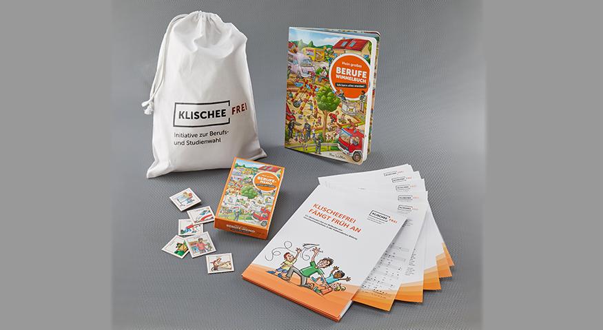 Alle Inhalte des Kita-Pakets auf einem Foto: Wimmelbuch, Memospiel, Methodenset, Aufbewahrungsbeutel