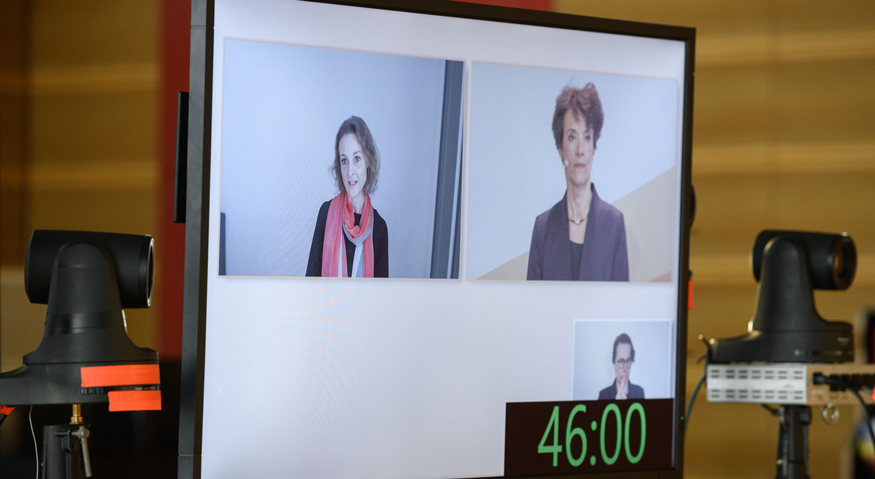 3. Fachtagung Klischeefrei: Auf dem Bildschirm ist Prof. Dr. Heidrun Stöger (Keynote) im Gespräch mit der Moderatorin Dr. Dorothee Nolte zu sehen
