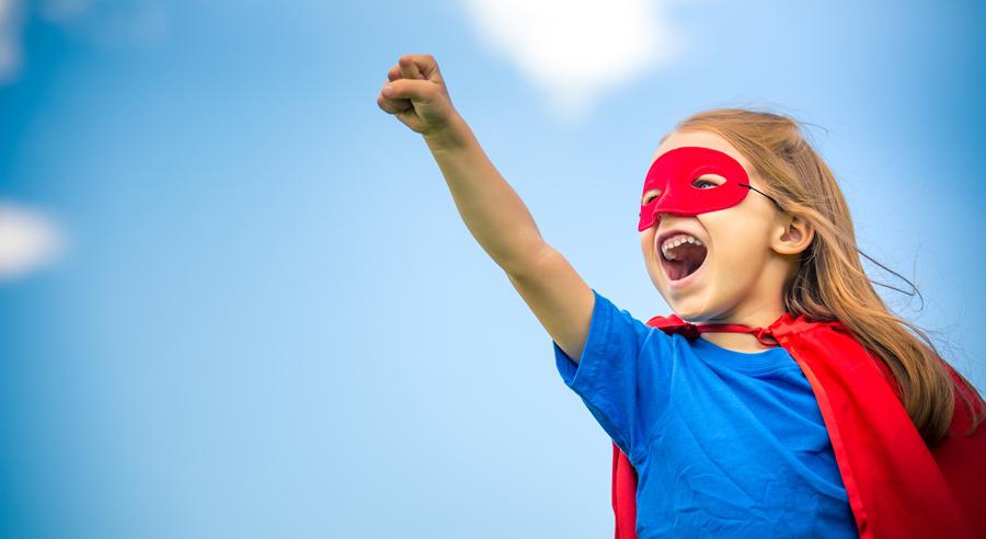 Kleines Mädchen im blaueb Superheldenkostüm