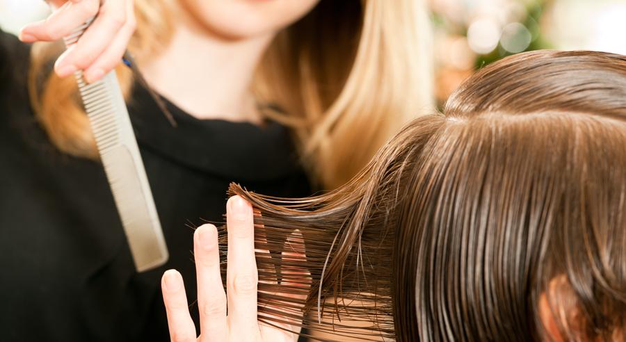 Frau schneidet Mann die Haare