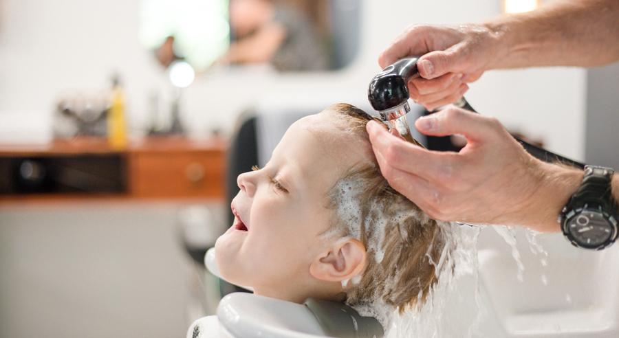 Waschen, schneiden, lesen – ein Friseur begeistert Kinder für das Lesen