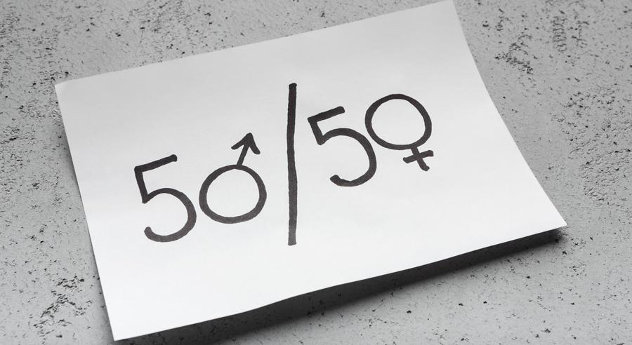Text 50/50 (Geschlechtergleichstellung symbolisierend) auf einem Blatt Papier