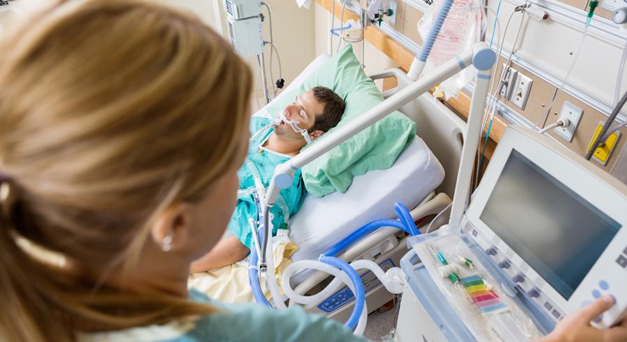Krankenschwester mit Patient auf Intensivstation