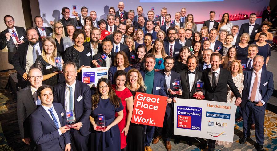 """Gruppenbild von Mitarbeitenden der Brockhaus AG bei der Preisverleihung """"Deutschlands Beste Arbeitgeber 2020"""" von """"Great Place to Work"""""""