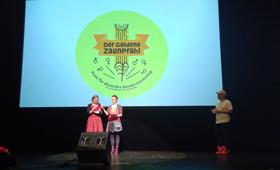 Die Initiatorinnen und Initiatoren des Goldenen Zaunpfahls, Almut Schnerring, Sascha Verlan und Anke Domscheit-Berg auf der Bühne des HAU 1