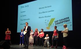 Die Jury des Goldenen Zaunpfahls 2019 auf der Bühne des HAU 1
