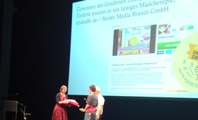 Almut Schnerring, Sascha Verlan, Anke Domscheit-Berg, Initiatorinnen und Initiatoren des Goldenen Zaunpfahls während der Preisverleihung 2019 auf der Bühne des HAU 1