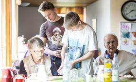 Teilnehmende an einem Boys'Day in einer Seniorenresidenz