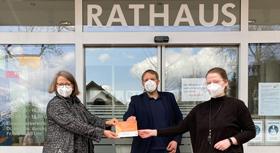 Annette Schudy übergibt das Klischeefrei-Schild an die Stadt Werther