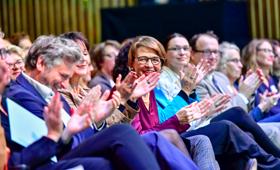 Elke Büdenbender im Publikum der Juliane-Bartel-Medienpreisverleihung 2019