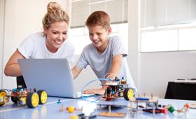 Schüler baut mit Lehrerin einen Roboter