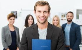 Junger Mann mit Bewerbungsmappe im Vordergrund