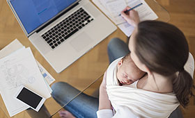 Klischeefreie Berufsorientierung: Mutter mit Baby am Laptop