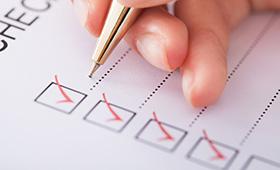 Eine Person füllt eine Checkliste aus.