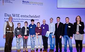 Der Parlamentarische Staatssekretär Stefan Müller (3. von rechts) mit VertreterInnen der Handwerkskammern Halle/Saale und Freiburg mit Schülerinnen und Schülern.