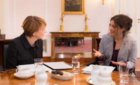 Elke Büdenbender im Gespräch mit der Redakteurin des Portals für klischeefreie Berufsorientierung.