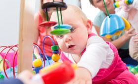 Baby erkundet die Welt in der Kita