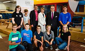 Elke Büdenbender zusammen mit SchülerInnen und MitarbeiterInnen im Berufsbildungszentrum Euskirchen