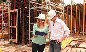 Die Gebäudeplaner Fenja und Roman müssen auf der Baustelle in Sachen Energieeffizienz den Überblick behalten.
