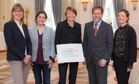 Gruppenfoto: Elke Büdenbender mit Vertreterinnen und Vertretern der Initiative Klischeefrei. Schirmherrin Elke Büdenbender mit einem Schild mit dem Logo der Initiative Klischeefrei.