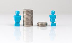 Ungleichheit der Erwerbseinkommen dargestellt an einer männlichen Figur mit vielen Münzen (links) und einer weiblichen Figur mit wenigen Münzen (rechts)