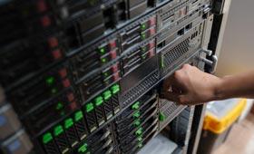 Hand einer Frau an einem Server in einem Datencenter