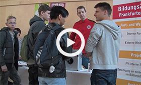 Sozialparcours am Boys'Day 2017 in Frankfurt am Main: Eine Schülergruppe informiert sich an einem kleinen Messestand