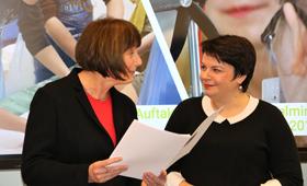 Ministerin Stefanie Drese bei der Übergabe des Förderbescheids an Dr. Ute Messmann vom Bildungswerk der Wirtschaft MV.
