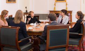 Vertreterinnen und Vertreter der Initiative Klischeefrei sitzen an einem runden Tisch mit Elke Büdenbender.