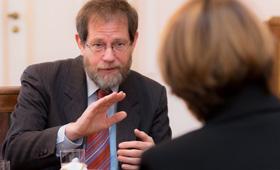 Dr. Hans-Ortwin Nalbach vom Bundesministerium für Bildung und Forschung erläuert die Zusammenhänge von Geschlecht und Berufswahl. Elke Büdenbender hört aufmerksam zu.