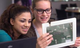 zwei junge Frauen im zdi-Schülerlabor (coolMINT.paderborn)