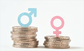 Münzensäulen in verschiedener Höhe symolisieren den Gender Pay Gap
