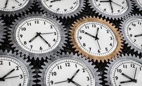 Zahnräder mit integrierten Uhren liegen nebeneinander