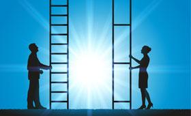Jeweils ein Mann und eine Frau vor einer Leiter. Die Abstände der Sprossen der Leiter der Frau sind viel größer als beim Mann.