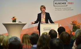 Elke Büdenbender spricht vom Redepult aus zum Publikum.