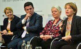 Elke Büdenbender ergreift das Wort, Bundesministerin Giffey und Bundesminister Heil hören aufmerksam zu