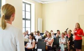 Moderator Thorsten Brinkmann (GILDE) hört dem Impulsvortrag von Katharina Hochfeld (Franhofer IAO) zu