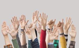 Erhobene Hände: Mitmachen und Partner oder Partnerin der Initiative Klischeefrei werden