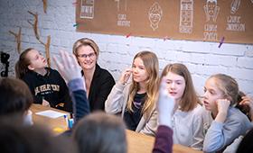 Ministerin Karliczek im Gespräch mit Teilnehmerinnen des Girlsday