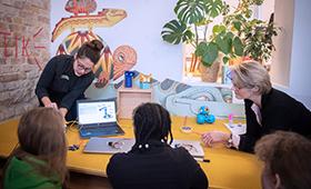 Ministerin Karliczek tüftelt mit Teilnehmerinnen des Girlsday
